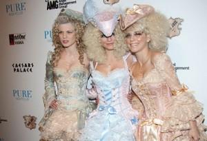 АннаЛинн МакКорд с сестрами в костюмах Марии Антуанетты Хэллоуин 2011