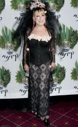 Бетт Мидлер в костюме дьявольской невесты сказочно хороша. Хэллоуин 2011