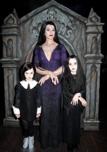 Брук Шилдс с дочерьми Роуэн и Грир в костюмах семейки Аддамс на Хэллоуин 2011