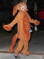 Аманда Сейфрид в костюме своей собаки австралийской овчарки по кличке Финн в Хэллоуин