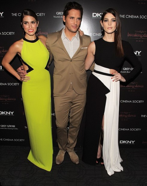 Никки Рид, Питер Фасинелли и Эшли Грин на Нью-Йоркской премьере фильма Сумерки. Рассвет, часть 1