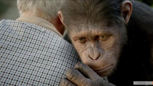 Восстание планеты обезьян. Кадр из фильма: Цезарь обнимает отца Уилла.