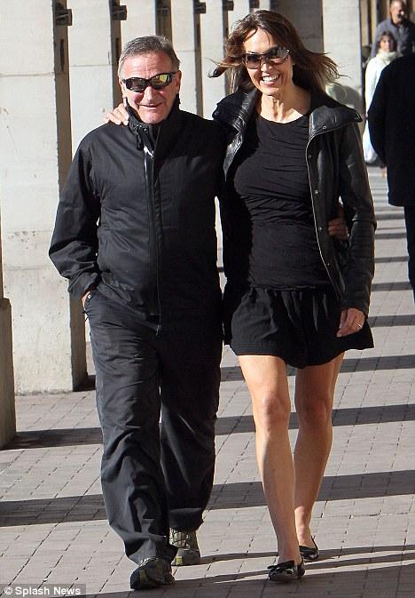 Робин Уильямс с третьей супругой Сьюзан Шнайдер гуляют по Парижу