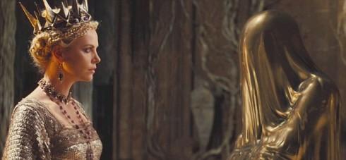 Шарлиз Терон - королева злодейка беседует с волшебным зеркалом